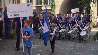 Jugendspiel Lenzburg und Tambourenverein Lenzburg auf dem Umzug durch die Stadt.