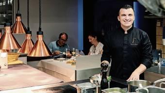 Gourmetkoch Agron Lleshi bewirtet in der Küche im St.Galler «Jägerhof» gerne Gäste.