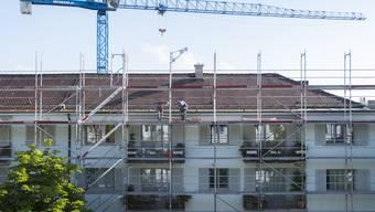 Bei Gerüstbauarbeiten in Zürich stürzte ein 28-jähriger Bauarbeiter herunter und verstarb noch vor Ort. (Symbolbild)