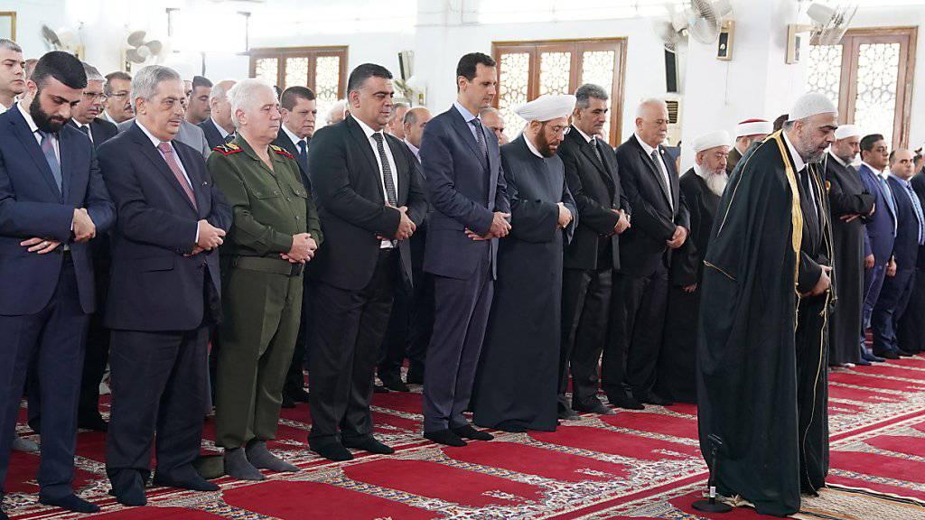 Der syrische Präsident Baschar al-Assad beim Eid-al-Fitr-Gebet in einer Moschee in Tartus.