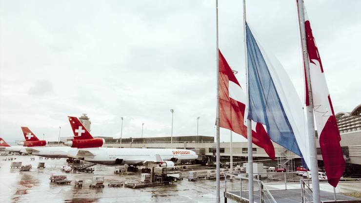 Am Flughafen Zürich-Kloten stehen am 3. September 1998 als Reaktion auf den Absturz die Fahnen auf Halbmast