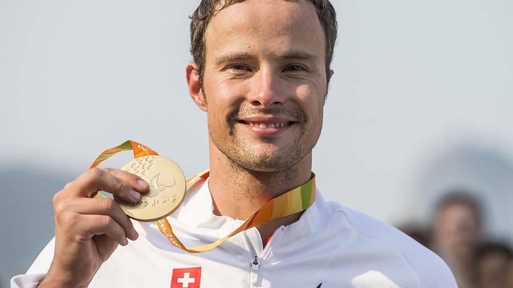 Der Thurgauer Rollstuhlsportler Marcel Hug mit einer der Goldmedaillen, die er an den Sommer-Paralympics 2016 in Rio de Janeiro gewann.