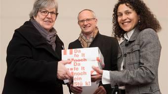 Elisabeth Abbassi und Manfred Dubach vom Aargauischen Lehrerinnen- und Lehrerverband bei der Übergabe der Resolution an Staatsschreiberin Vincenza Trivigno (von links).