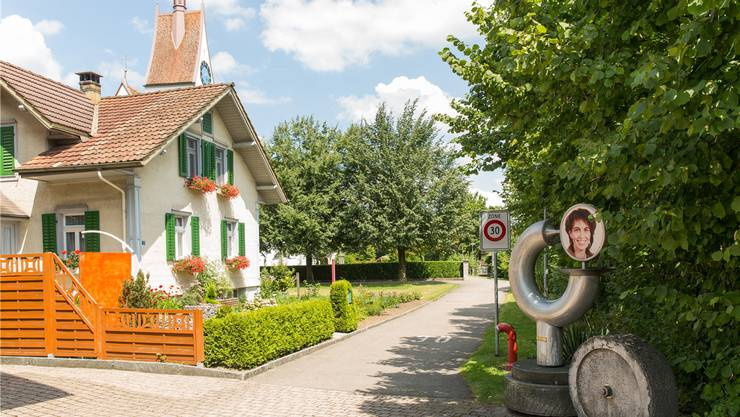 Im Dorfzentrum von Merenschwand steht eine Skulptur von Bruno Käppeli, die dieser 2010 zur Wahl Doris Leuthards als Bundespräsidentin gestaltete.