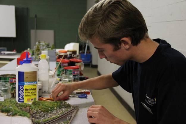 Kim Nipkow beim Bau eines neuen Landschaftsmodells