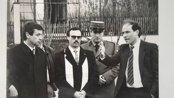 Augenschein am Tatort in Station SiggenthalUrs Oswald (l.) neben dem angeklagten Alfredo Lardelli und Gerichtspräsident Luzi Stamm. aufgenommen am 1. März 1989.