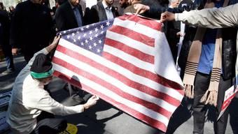 Iranische Demonstranten verbrennen eine US-Flagge bei einer Kundgebung anlässlich des 39. Jahrestags der Besetzung der US-Botschaft in Teheran.