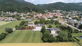 Ein Anbau im Bereich des Dorfbachs, dort wo die Bäume am rechten Bildrand Schatten spenden, wird das Prunkstück sein. Bruno Kissling