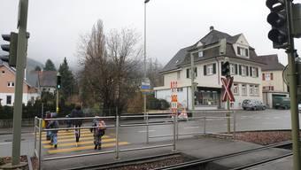 Endlich: Schranken sollen den Tram-Übergang sicherer machen. (Heinz Dürrenberger)