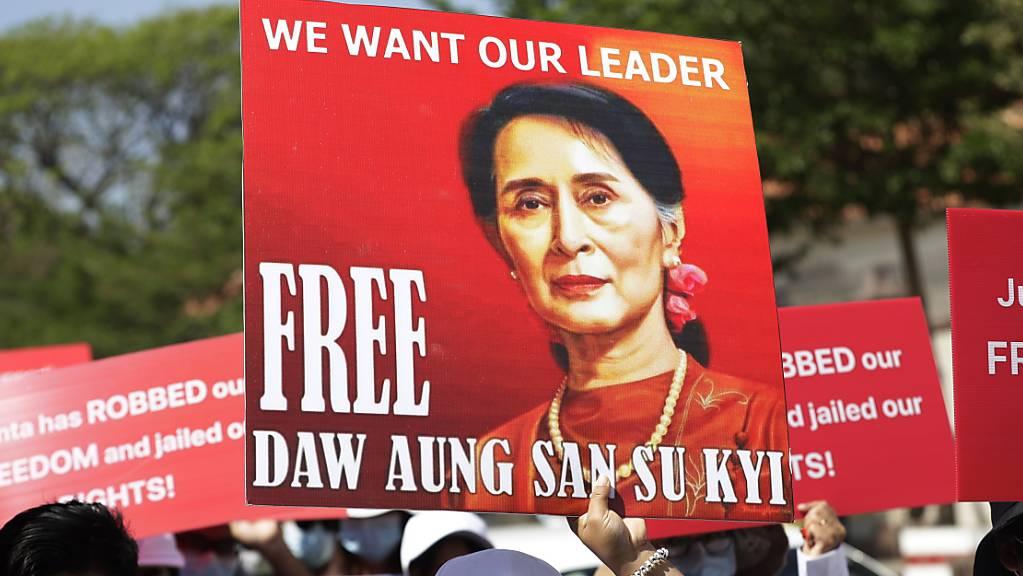 In Myanmar bleibt die De-facto-Regierungschefin Aung San Suu Kyi in Untersuchungshaft. (Archivbild)