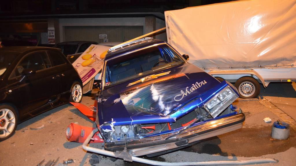 Der junge Mann kollidierte mit einem Hydranten und mehreren abgestellten Autos einer Garage.