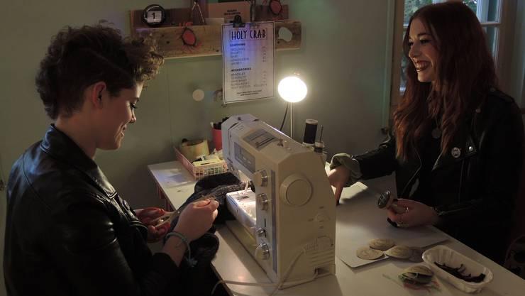 Laura Haensler und Jasmin Wyss in ihrem Atelier, wo sie für ihr Label arbeiten: «Holy Crab» – reworked vintage clothing. LVO