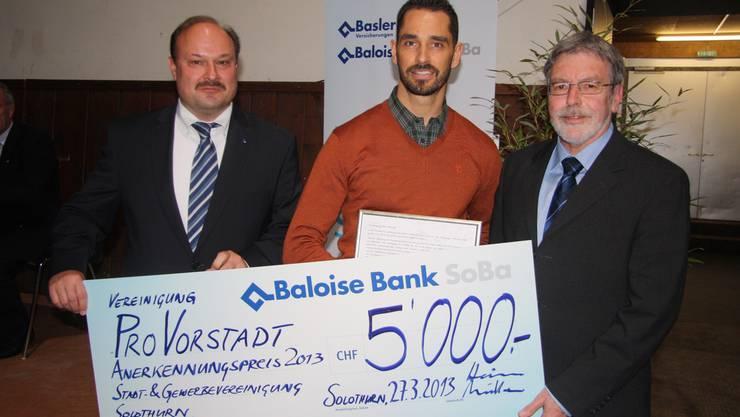 Jörg Müller und Franz Heim (Baloise Bank SoBa) übergeben den Anerkennungspreis Martin Tschumi.