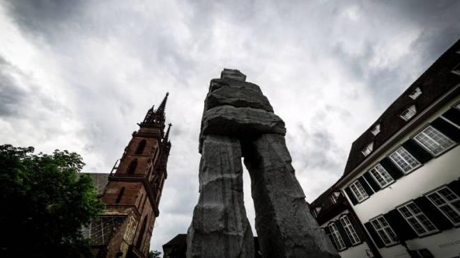 Die 12 Meter hohe Skulptur «The Gracious» von Ugo Rondinone steht im Rahmen des Art Parcours auf dem Basler Münsterplatz. Foto: Chris Iseli