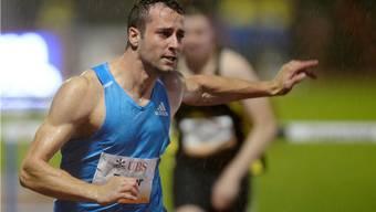 Tobias Furer gewinnt das 110-Meter-Hürdenrennen im strömenden Regen.