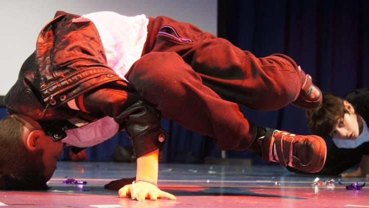 Schüleraufführung der Tanz-Fabrik in der Urdorfer Zentrumshalle mit Breakdance.