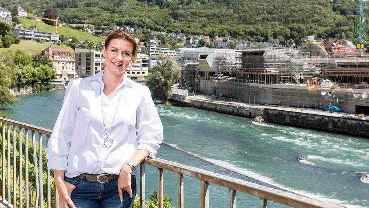Nina Suma vor dem Bad, das derzeit gebaut wird: «Die lokale Bevölkerung wird sich an den Namen gewöhnen.»