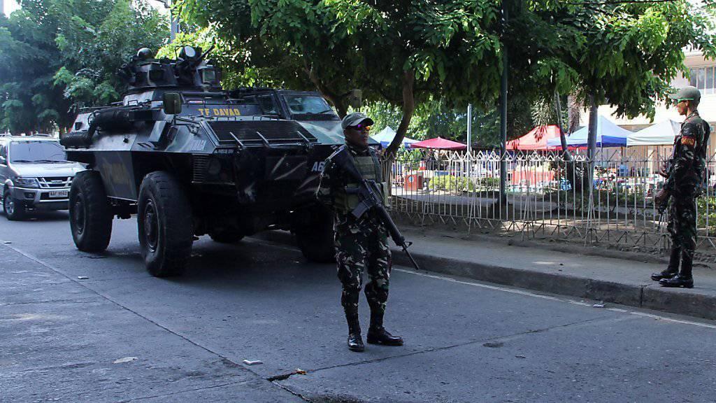 Soldaten bewachen eine Strasse in der Nähe des Anschlagsortes in Davao.