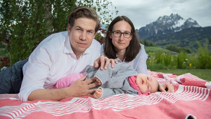 Mario und Alexandra Schenkel mit ihrer Tochter Valeria daheim im Garten – am Freitag startet das Crowdfunding «Rette Valeria».