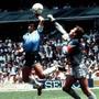 Mexiko 1986: Maradona boxt in der 51. Minute des Viertelfinalspiels gegen Englandden Flankenball über Peter Shilton zum 1:0 ins Tor. Maradona begründet seinen irregulären 1:0-Treffer mit der «Hand Gottes», die das Tor zustande gebracht habe.