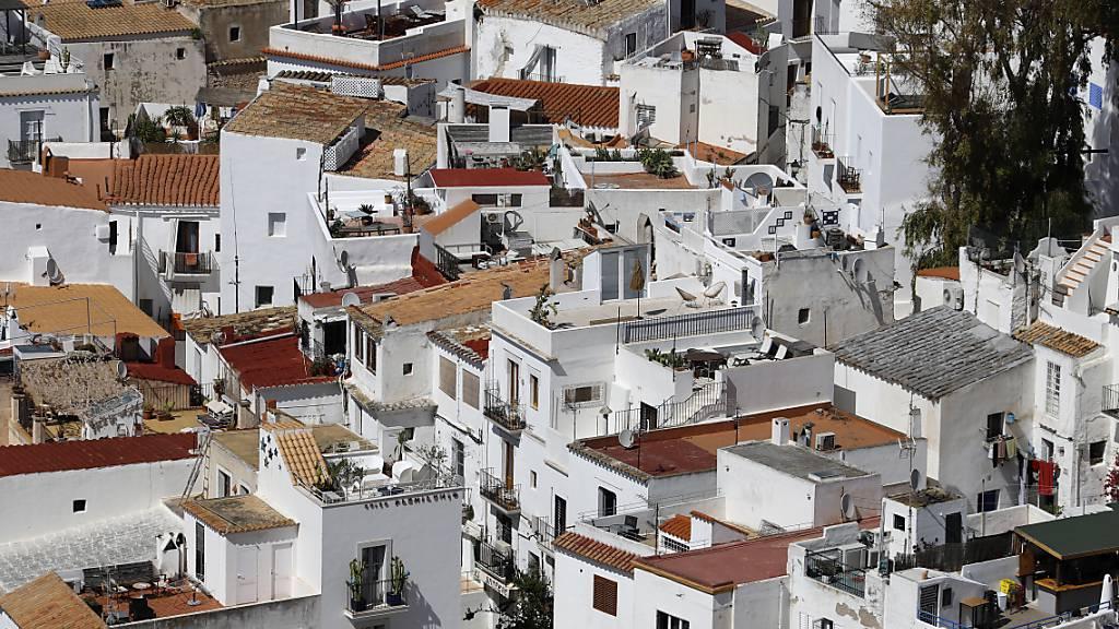 ARCHIV - Blick auf das Zentrum von Ibiza-Stadt. Foto: Clara Margais/dpa
