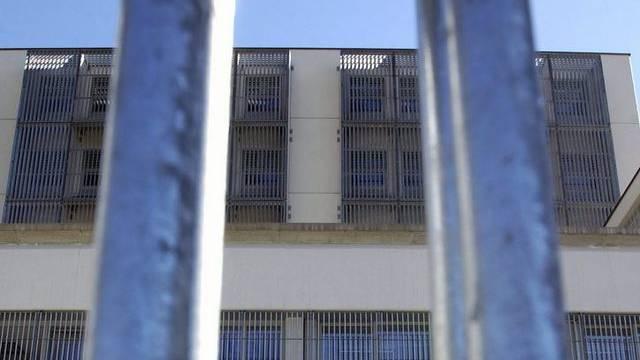 Blick auf die Fassade eines Untersuchungsgefängnisses (Symbolbild)