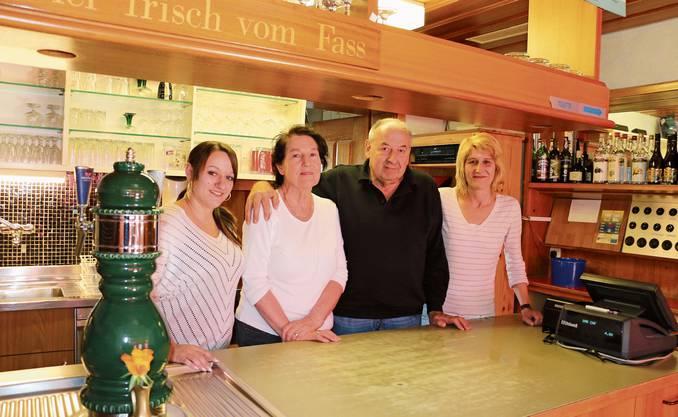 Frick, 4. März: Deborah Cadisch, die Besitzer Katharina und Karl Wittwer sowie deren Tochter Barbara Burger (von links) sorgen noch bis Ende April für das leibliche Wohl der Gäste im Restaurant Blumenau.