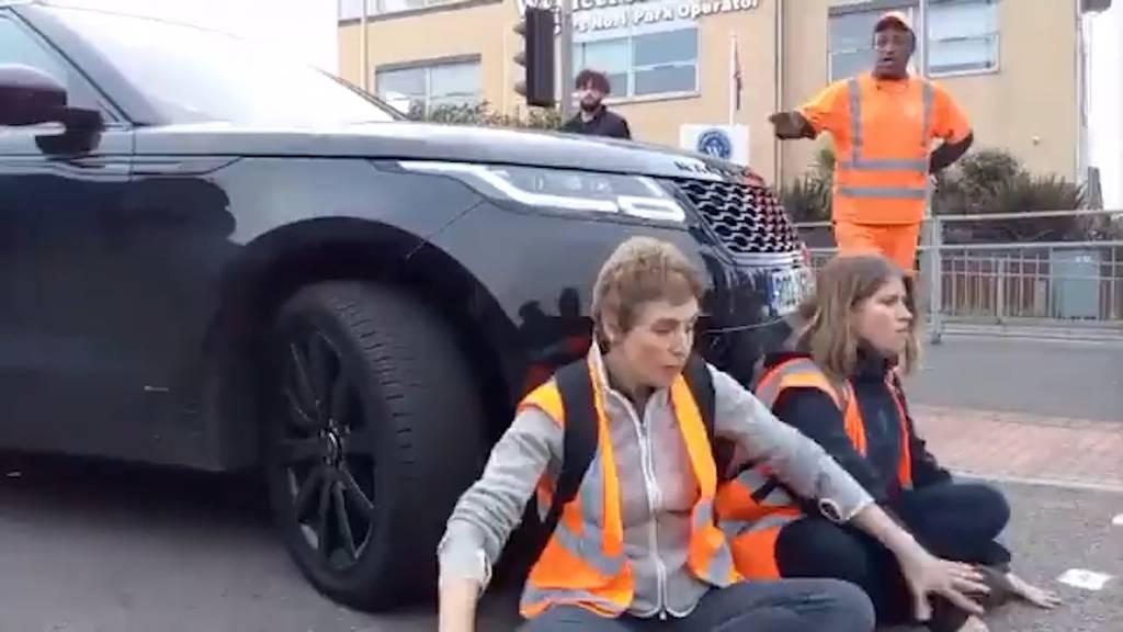 Genervte Frau rammt Klimaaktivisten mit ihrem SUV