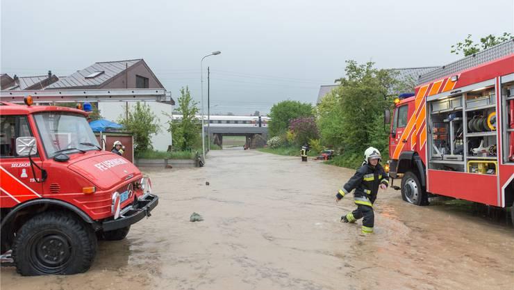 Das Wasser des Lochbachs findet bei starken Regenfällen in Altreu immer wieder den Weg durch die Bahnunterführung.