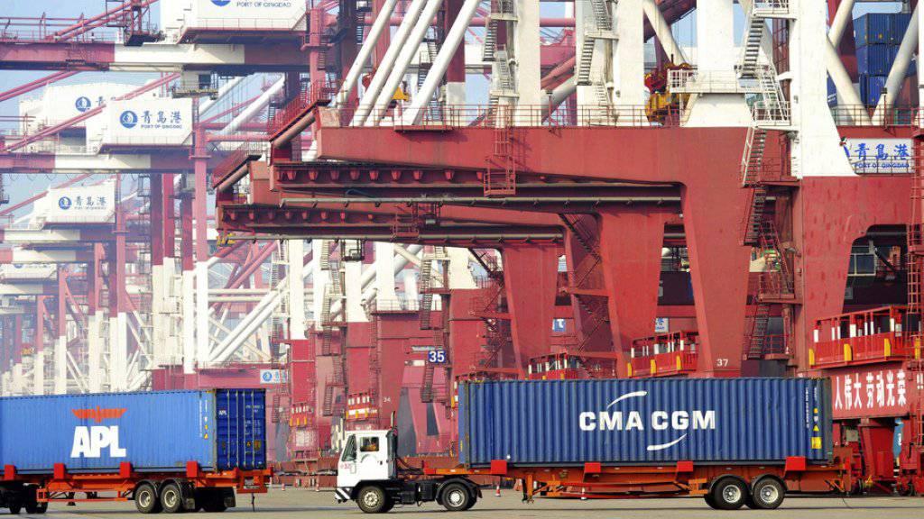 Deutlich mehr Importe: Lastwagen im Hafen von Qingdao. (Archiv)