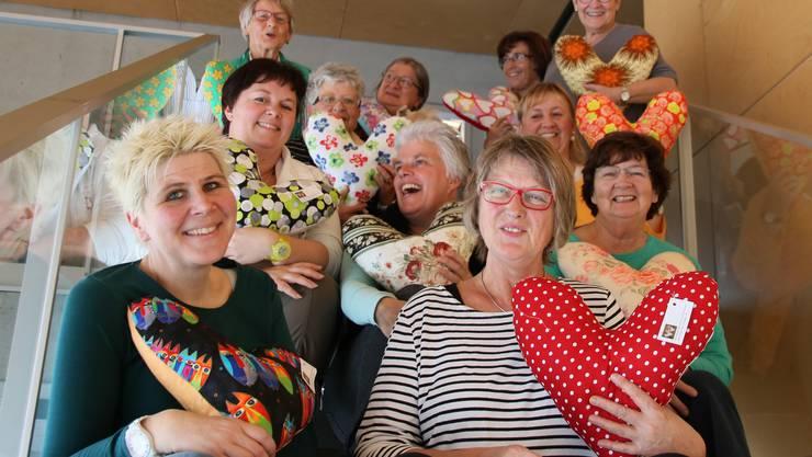 Im Bild eine Gruppe Näherinnen, die in Lupfig Herzkissen für an Brustkrebs erkrankte Frauen mit viel Liebe genäht haben