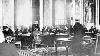 Frankreichs Ministerpräsident Georges Clémenceau (stehend) am 28. Juni 1919 vor der Unterzeichnung des Friedensvertrags von Versailles. Links davon US-Präsident Woodrow Wilson. Bettmann Archive