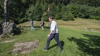 Auf historischen Pfaden: SVP-Präsident Albert Rösti schreitet über das Rütli. Bild: Urs Flüeler/Keystone (Rütli, 25. Juli 2019)