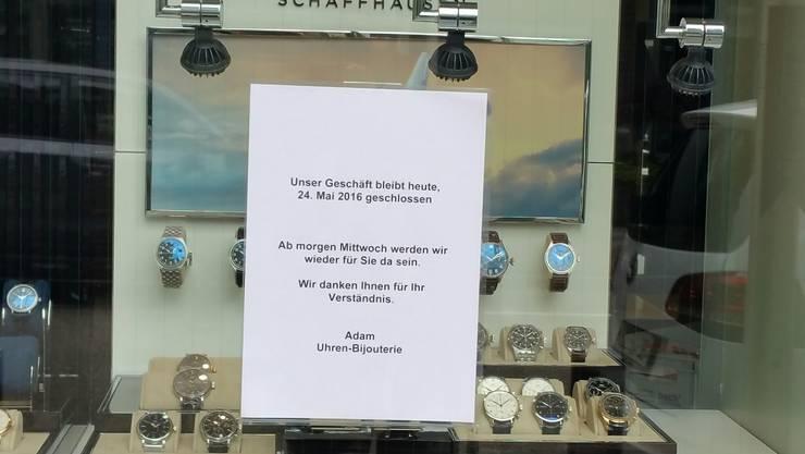 Nach dem Überfall bleiben die Türen des Juweliergeschäfts erst einmal bis am Mittwoch geschlossen.