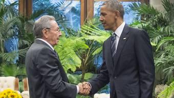 Handschlag im Revolutionspalast in Havanna: Der kubanische Präsident Raúl Castro heisst seinen amerikanischen Amtskollegen Barack Obama willkommen. Der letzte US-Präsident war vor 88 Jahren auf der Karibikinsel.