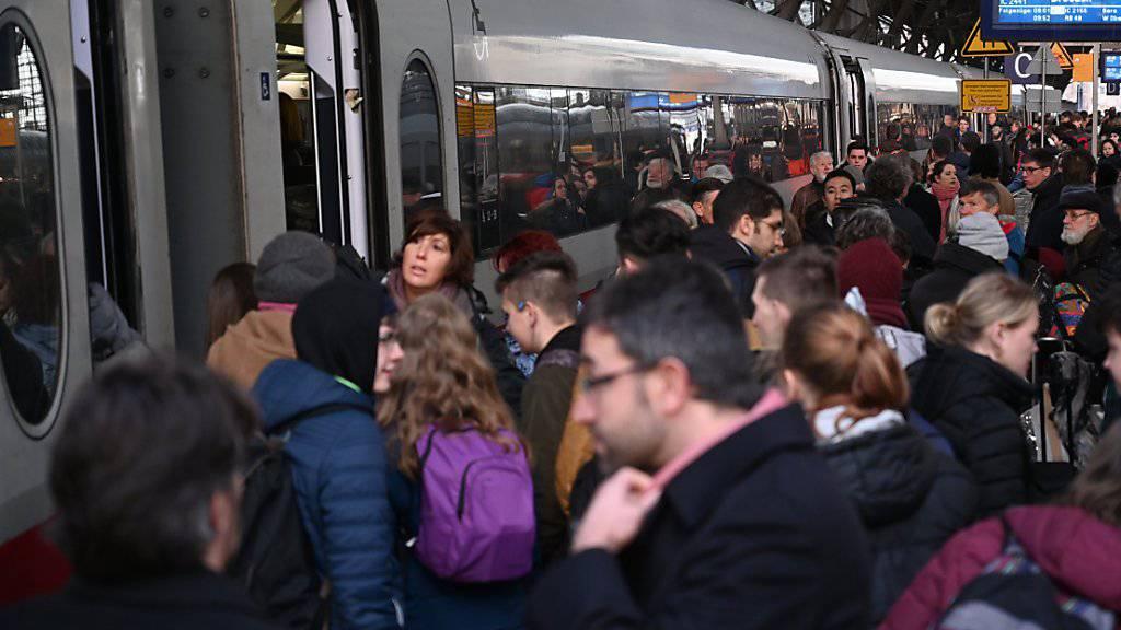 Chaos nach einem Bahnstreik soll es in Deutschland zumindest bis Ende Februar 2021 nicht mehr geben. Die Spitze der Deutschen Bahn hat sich nun auch mit den Lokomotivführern auf bessere Arbeitsbedingungen geeinigt. (Archivbild)