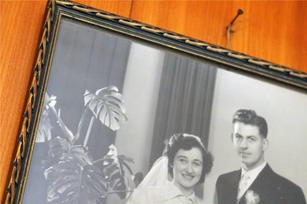 Vergilbte Fotos, künstliche Blumen und ein Zeitungsausschnitt. In sparsamen fotografischen Einstellungen entfaltet sich Fridas Lebensgeschichte, von der Hochzeit über die Geburt der Kinder hin zum Moment, der alles veränderte. Ohne die Erzählerin je zu sehen, sind wir ihr doch ganz nah.