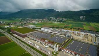 Der geplante Neubau (links mit begrüntem Dach) der Migros Verteilbetrieb Neuendorf AG soll westlich des bestehenden Hauptgebäudes entstehen. Illustration: zvg