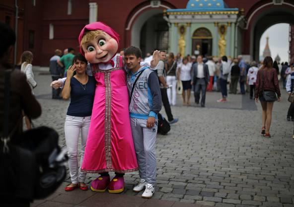 Touristen auf dem Roten Platz in Moskau.