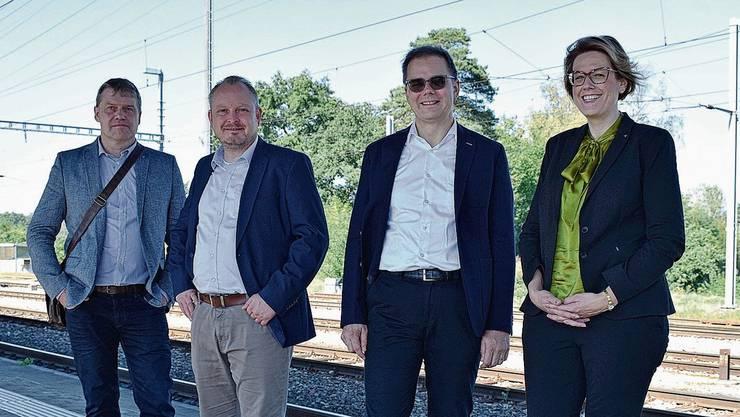 Peter Aston (CVP), Martin Frana (FDP), Dominik Pfoster (GLP) und Désirée Stutz (SVP; v.l.) stehen für das Referendum ein.