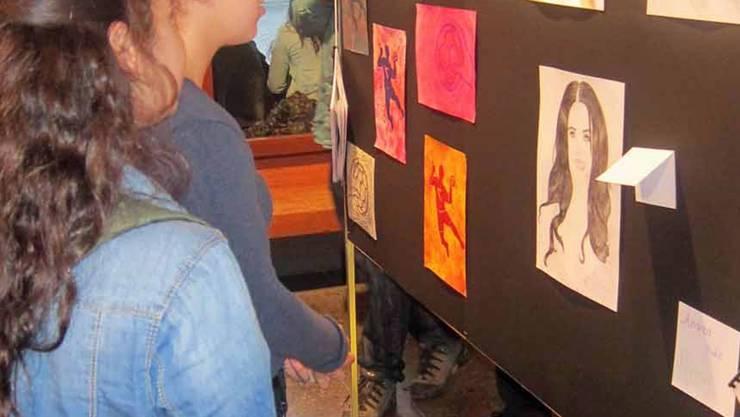 Gelungene Vernissage: Die Werke sind im Foyer des Bezirksschulhauses zu bestaunen. Fotos: zvg