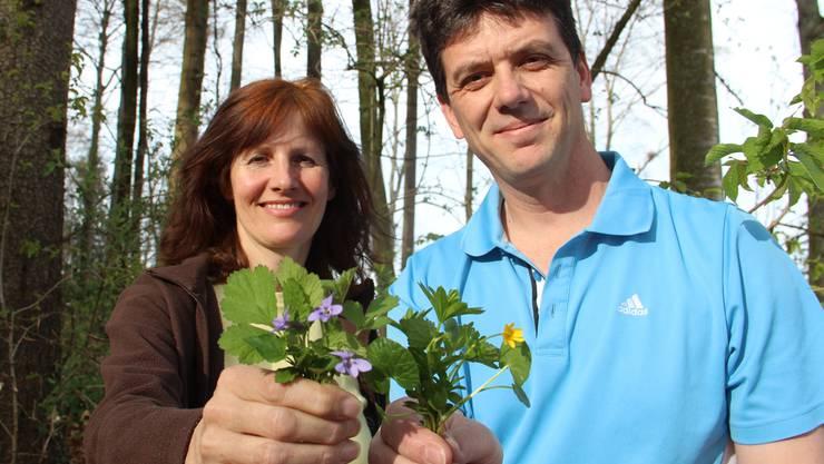 Die Pilzkontrolleure Monika Senn und James Gurtner kennen sich auch mit Wildkräutern gut aus.