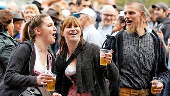 Die Organisatoren appellieren an die Eigenverantwortung: Besucherinnen am Volksschlager-Open Air am Heitere-Festival in Zofingen 2017.