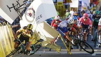 Die verhängnisvolle Szene vom 5. August: Dylan Groenewegen (vorne links im gelben Trikot) verursacht den Sturz, bei dem sich Fabio Jakobsen (hinten links/verdeckt) schwer verletzt