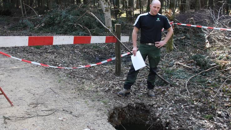 Tiefes Loch nach eingestürztem Stollen.