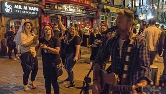 Kälte? Nicht für sie. Tanzende Jugendliche Anfang dieses Jahres im Latin-Quartier von Galway.