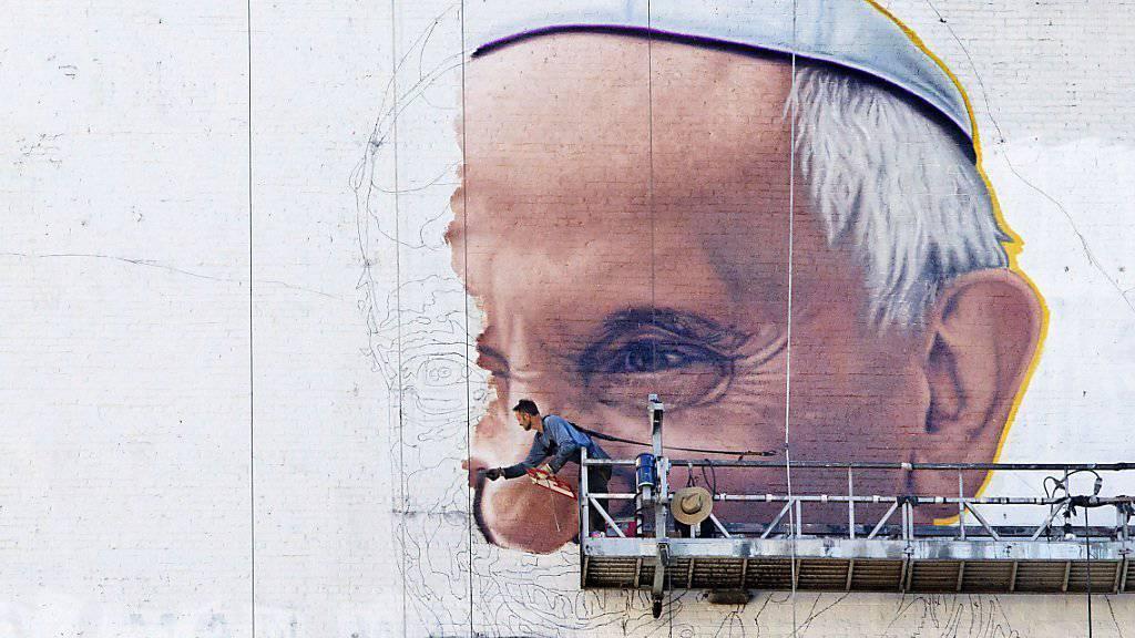 DIe USA bereiten sich auf den Papstbesuch vor: An der Fassade eines New Yorker Geschäftsgebäudes entsteht ein riesiges Porträt von Papst Franziskus.
