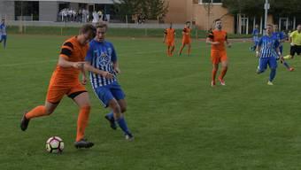 Marco Brandenberger (links) von Oetwil-Geroldswil, hier gegen Engstringens Sandro Frohoff, avancierte mit zwei Treffern zum Matchwinner.