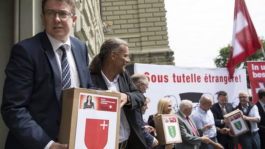SVP-Präsident Albert Rösti bei der Einreichung der Unterschriften für die Selbstbestimmungsinitiative. (Archivbild)