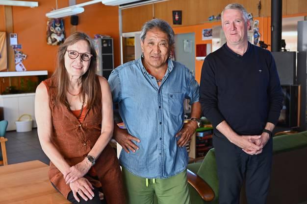 Inhaber Jaqueline und Dorjee Phuntsok (links) und Stiftungsratspräsident Ruedi Nützi.